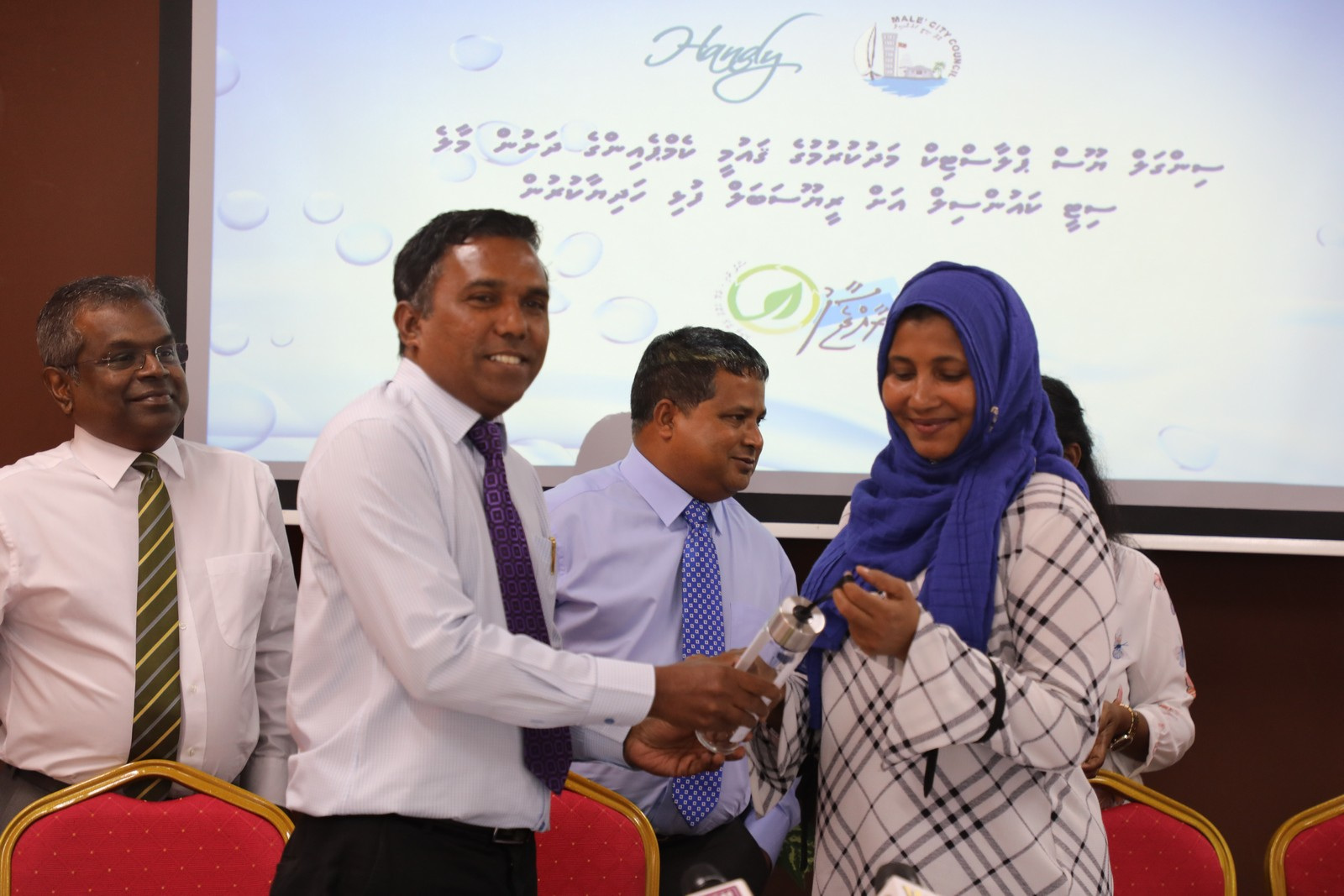 Ministry handed over reusable bottles to Male' city council